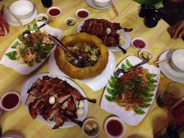 Và khi đến Mandalay, bạn đừng quên thử món vịt quay, và hải sản hầm bí ngô nổi tiếng ở nhà hàng Golden Duck.