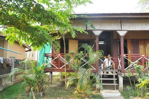 Những căn nhà gỗ đơn sơ, xinh xắn trên đảo.