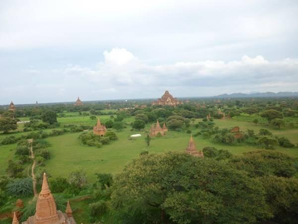 Bagan là khu đền cổ được xây dựng từ thế kỷ thứ 9 đến thứ 13, một trong những điểm hành hương Phật giáo lớn của Đông Nam Á. Khi đi thăm những khu đền nổi tiếng, bạn hãy thức dậy sớm để ngắm mặt trời mọc, hoặc canh thời điểm mặt trời lặn.