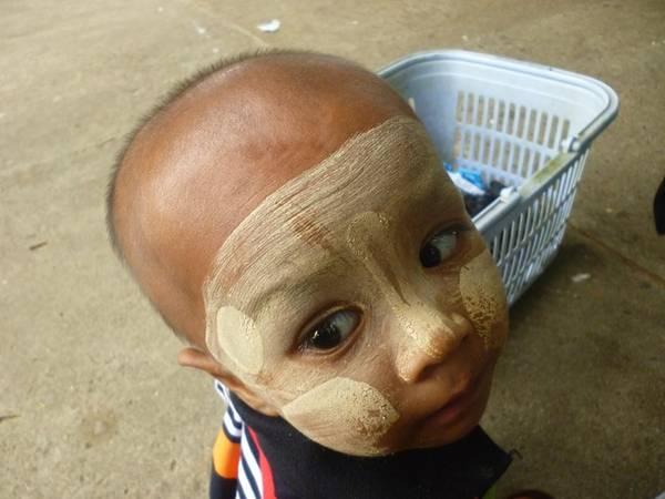Người dân ở đây hay bôi thanaka lên mặt. Đây là loại bột được mài từ loại cây gỗ, có tác dụng làm mát da, chống nắng cũng như chống các loại côn trùng.