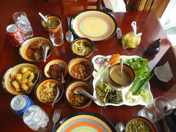 Nền ẩm thực của Myanmar khá giống với Việt Nam, lại có chút hương vị ẩm thực Ấn Độ. Bữa ăn chính của người Myanmar gồm cơm, 1 món mặn chính, 5 món phụ gồm các loại rau, đậu lên men và tráng miệng là đậu và trà xanh. Họ còn có các loại cà ri đậm hương vị.