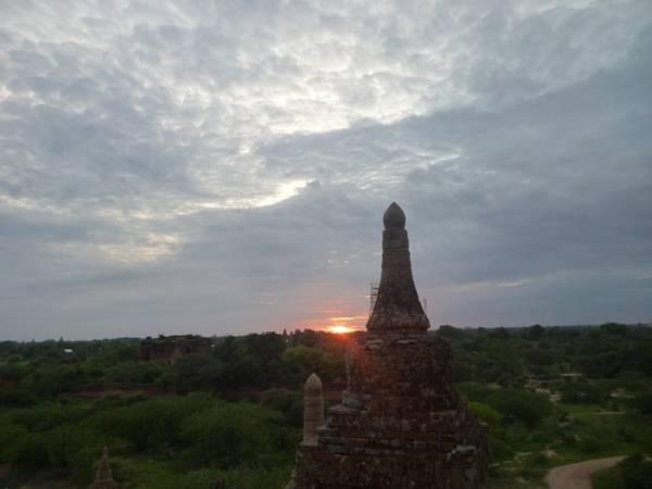 Mặt trời rọi những tia nắng đầu tiên, làm bừng sáng cả khu đền cổ.