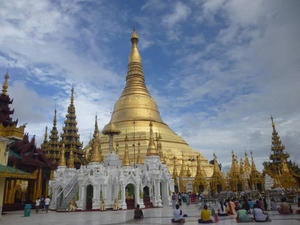 Ngôi chùa vàng to nhất Myanmar là Shwedagon tại Yangon, một trong những công trình tôn giáo nổi tiếng nhất thế giới và thu hút rất nhiều khách du lịch.