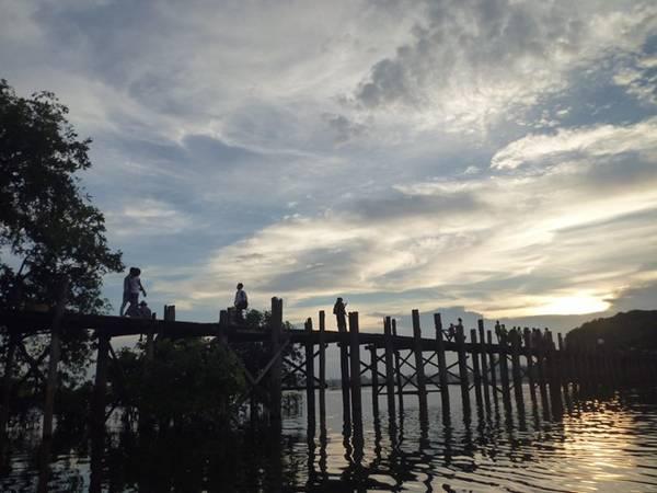 Một trong những điểm nhấn của Mandalay là cây cầu gỗ tếch dài nhất thế giới U Bein, nơi bạn có thể đi bộ một vòng, và đi thuyền quay lại bờ bên kia để ngắm mặt trời lặn hay mặt trời mọc.