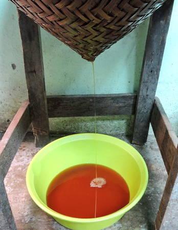 Đổ nước mắm mới lọc vào vại sành và dùng tấm vải trắng để ủ hương tự nhiên - công đoạn này chính là bí quyết giúp hương mắm thơm nồng nàn, hạn sử dụng được lâu hơn - Ảnh: Thanh Ly