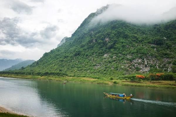 Buổi sáng ngày thứ nhất của hành trình, sau khi ăn sáng và uống cà phê sữa đá thơm lừng bên dòng sông Son thơ mộng, đoàn chúng tôi băng rừng hơn 1 tiếng để tới bản Đoòng (Quảng Bình).