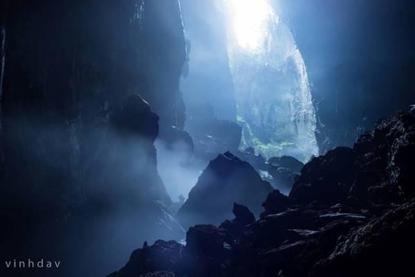 Điểm cắm trại đêm tiếp theo tại hố sụt thứ nhất. Khung cảnh vô cùng huyền bí với mây mù thay đổi liên tục, vách đá hình thù kỳ quái, tiếng suối rì rào vang vọng từ xa và không khí hết sức trong lành.