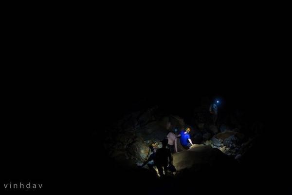 Đoàn người lần mò trong đêm tối đi đến chỗ tắm... Dưới ánh đèn, những tảng đá trong hang sáng lấp lánh như được gắn hàng trăm viên kim cương.