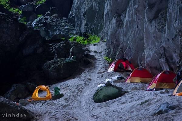 Địa điểm cắm trại ở hố sụt thứ 2. Chỗ này không có nước tắm, mà toàn cát như sa mạc và đá. Ánh sáng yếu từ cửa hang làm cho nền đất đá biến thành màu xanh nhạt nhìn rất kỳ lạ.