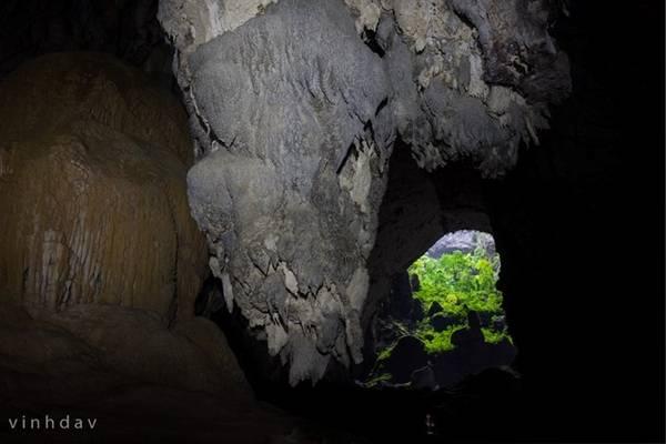 Ánh sáng cuối con đường. Đây chính là cửa ra hang Sơn Đoòng. Khi mò mẫm trong hang tối hoàn toàn yên lặng, ánh sáng cửa hang là mục đích duy nhất giúp đoàn người tiến lên.
