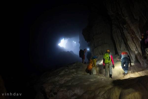 Những quãng đường cuối cùng sâu vào lòng hang đến Bức tường Việt Nam. Để đến đích cuối cùng, phải lội qua quãng đường lầy bùn đất rất khó chịu, chỉ rộng cỡ 1 gang tay và dài 450 m.