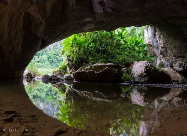 Cửa hang đầu tiên, nơi cách hang Én 10 phút đi bộ.