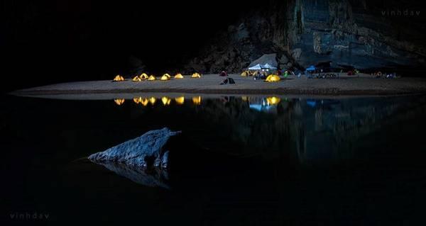 John, thành viên Hiệp hội hang động Hoàng gia Anh, giúp tôi bật đèn tất cả các lều để thực hiện bức ảnh này.