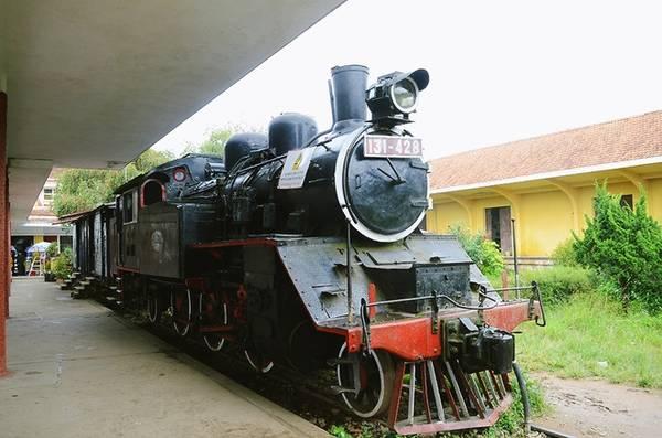 Hiện tại, tuyến đường sắt vận chuyển đã dừng hoạt động nhưng vẫn còn phục vụ khách du lịch. Đó là tuyến TP Đà Lạt đến Trại Mát có độ dài 7 km. Trên tuyến này, du khách sẽ có cơ hội ngắm nhìn quang cảnh thơ mộng của thành phố, tham quan chùa Linh Phước, thị trấn Trại Mát.