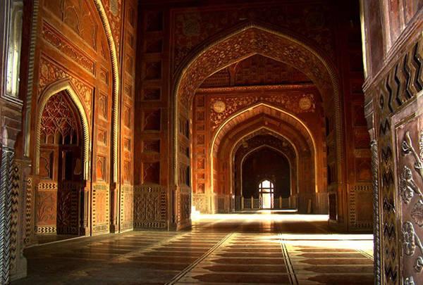 Vẫn có một thánh đường bên trong Taj Mahal được hoạt động, các ngày thứ 6 các tín đồ có thể đến đây để cầu nguyện.