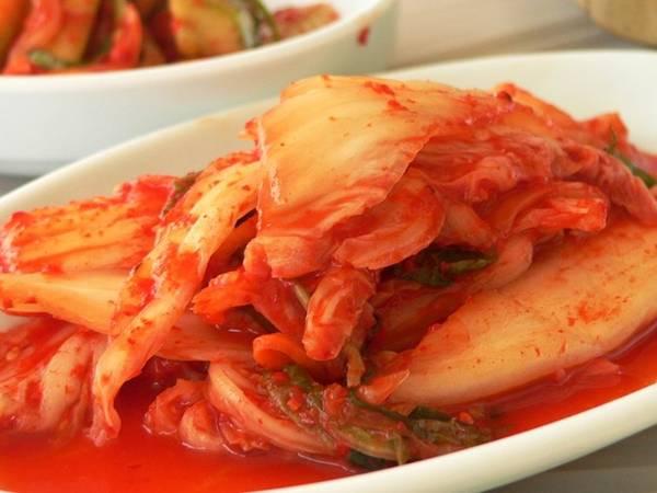 Kimchi là một trong những món ăn nổi tiếng nhất của Hàn Quốc, được muối từ nhiều loại rau củ và có mặt trong hầu hết mọi bữa ăn.