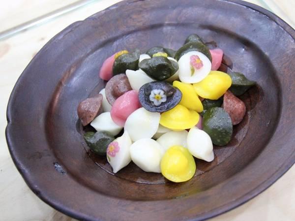 Món ăn truyền thống Songpyeon thường được làm trong Chuseok, lễ hội mùa thu của người Hàn Quốc. Bánh có vỏ gạo nếp mềm mịn, với phần nhân ngọt ngào như sốt hạt dẻ.