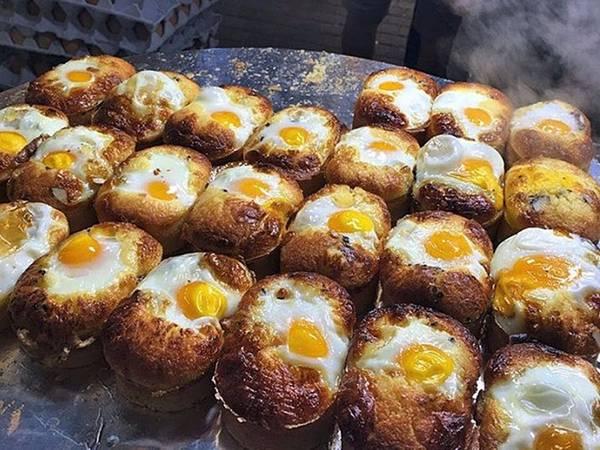 Gyeran bbang là món ăn đường phố phổ biến vào mùa đông, gồm bánh mì và trứng.