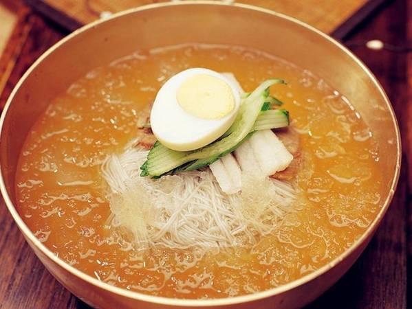 Món mì lạnh Naengmyun được làm từ mì kiều mạch, thêm lê và dưa chuột, đem lại hương vị mát mẻ, ngon miệng vào mùa hè nóng nực.