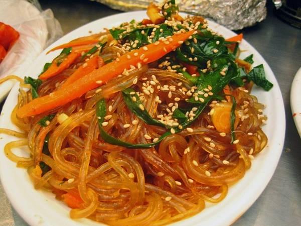 Japchae là món mì khoai tây ngọt ngào được xào với rau củ, thêm dầu mè và xì dầu.