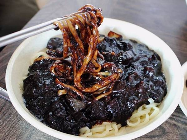 Món mì Jjajjangmyun có xuất xứ từ Trung Quốc và rất được người Hàn Quốc yêu thích. Nước sốt đậm đà của món này được làm từ thịt băm và đậu đen.