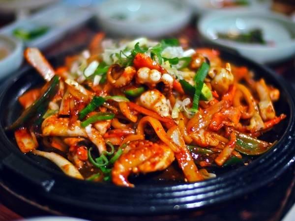 Nakji bokkeum là bạch tuộc được xào với mì udon, hành và rưới sốt ớt cay màu đỏ hấp dẫn.