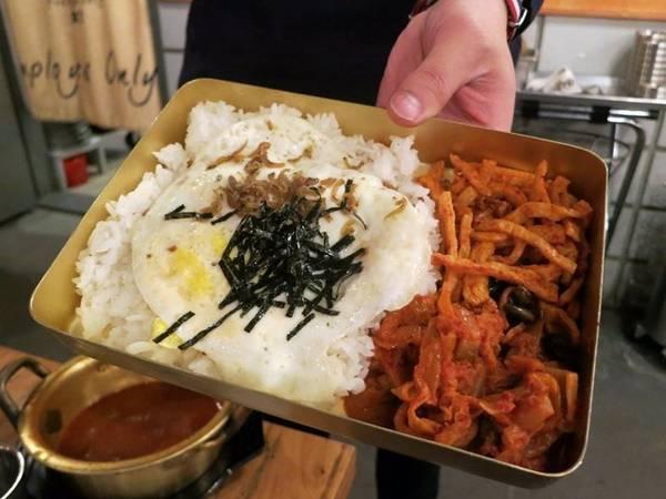 Hộp cơm Doshirak gồm cơm, trứng và các món ăn vặt, rất thuận tiện để đem theo.