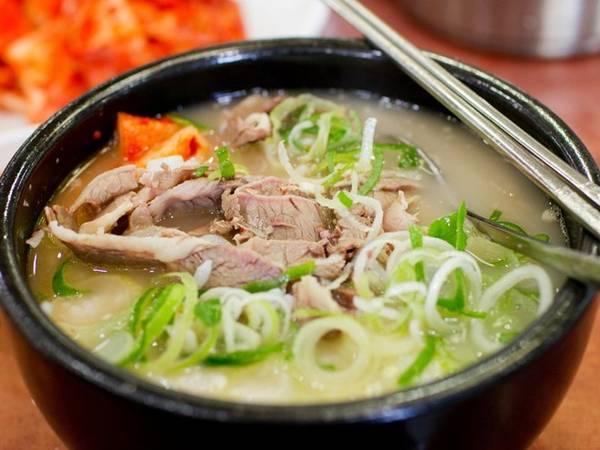 Sulleongtang là món ăn đậm đà với nước dùng ninh từ đuôi bò, thêm miến, hành và được ăn kèm kimchi.