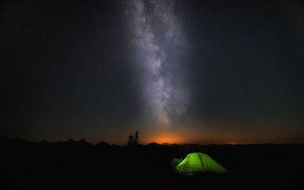 """Kết nối với thiên nhiên: """"Chỉ bằng cách đi một mình trong yên lặng, không hành lý, bạn mới có thể thực sự hòa mình vào thiên nhiên hoang dã. Các loại du lịch khác đơn thuần chỉ là bụi bặm, khách sạn, hành lý và những câu chuyện phiếm"""" (John Muir)."""