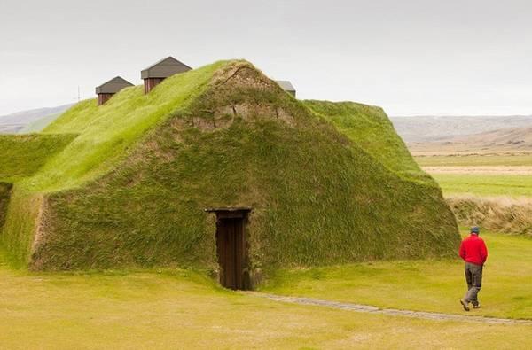 Ngôi nhà được bao phủ hoàn toàn bằng cỏ khiến không ít du khách nghĩ tới những ngôi nhà của người Hobbit. Nó tọa lạc gần Selfoss, Iceland.