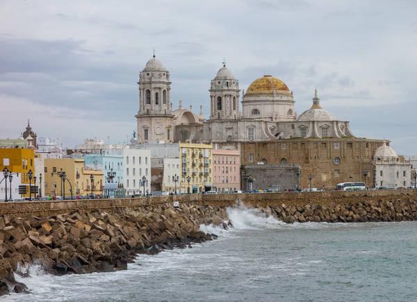 Trung tâm lịch sử và nhà thờ Cadiz nhìn từ bãi biển - Ảnh: wiki