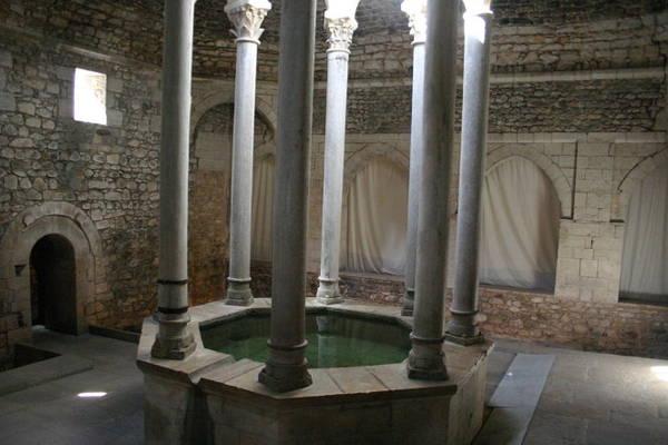 Nhà tắm công cộng Ả Rập xây dựng từ cuối thế kỷ 12 theo mô hình của các phòng tắm Hồi giáo Trung cổ - Ảnh: wiki