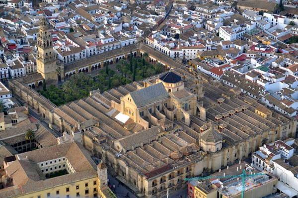 Đại giáo đường Mezquita nhìn từ trên cao. Công trình tập hợp ba trường phái kiến trúc Gothic, Phục hưng và Baroque - Ảnh: wiki