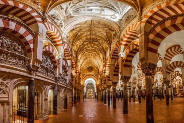 Hàng trăm cột và vòm trong Đại giáo đường Mezquita - Ảnh: linter