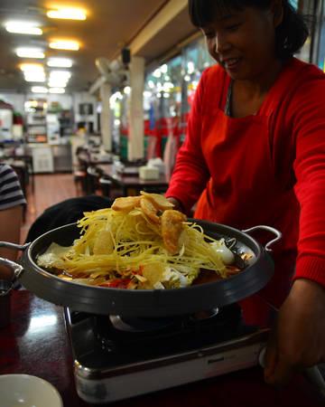 Chủ cửa hàng tteokbokki Mabongnim Halmeoni có tiếng trên phố kể lại rằng món ăn này đã được bán tại phố này từ đầu năm 1953. Thời điểm đó, trên phố có rạp hát Donga và bà đã bán tteokbokki kèm với ngô và khoai tây tại đây cho khách tới rạp.