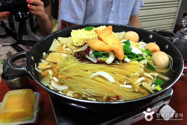 Ban đầu, Tteokbokki chỉ đơn giản được chế biến với gochujang (tương ớt Hàn Quốc) nhưng theo thời gian, các đầu bếp đã thêm các thành phần như trứng, mì gói, bánh cá, mì ăn liền và gần đây hơn mực, tôm, phô mai làm cho hương vị ngon hơn và để trong nồi lớn như ăn lẩu. Tteokbokki từ một món ăn nhẹ đơn thuần trở thành một món ăn đặc trưng cho ẩm thực Hàn Quốc hiện đại.