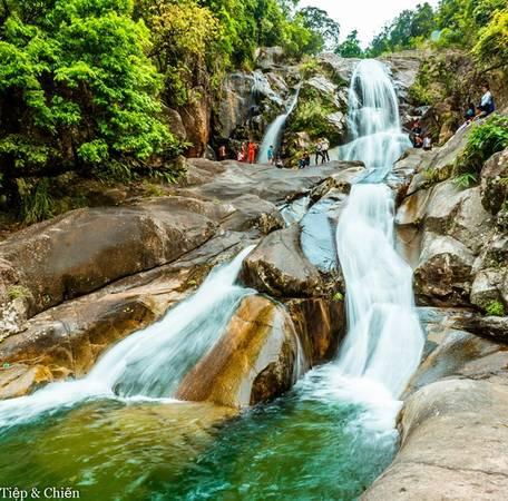 Bình Liêu là một địa điểm còn mới, nên còn khá là hoang sơ. Mùa hè là mùa của những thác Khe Vằn, Khe Tiền, Sông Moóc đầy nước, ruộng bậc thang xanh và mùa lúa vàng gặt tháng 7 và tháng 12… với nhiều loại hoa rừng khoe sắc.