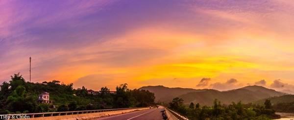 Khi chúng tôi rời thác Khe Vằn, trời đã ngả về chiều, là thời điểm chiêm ngưỡng hoàng hôn của thị trấn miền núi này.
