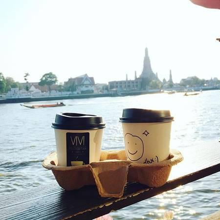 Nếu muốn thả mình cùng nhịp sống sôi đông của dòng sông Chao Praya, hãy chọn một chiếc bàn nhỏ xinh ở khu ban công và để thỏa thích ngắm nhìn những con thuyền nhộn nhịp xuôi ngược chở đầy những lữ khách thập phương.Ảnh: vivi_coffeeplace