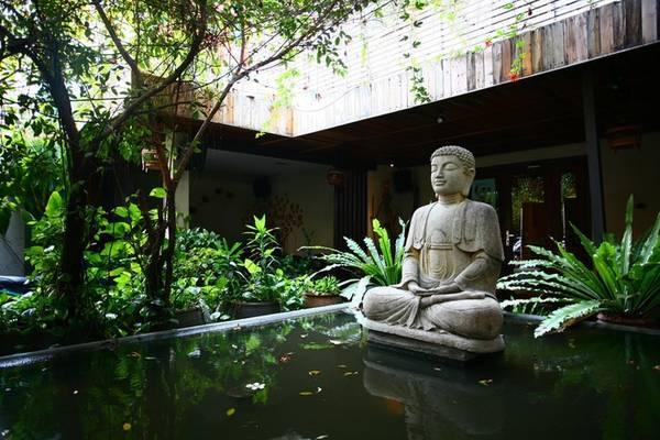 Bước qua cánh cổng gỗ mộc mạc của Fig – Lounge Café, điểm nhấn đầu tiên với khách là một hồ nước ở giữa sân, nổi lên trên là tượng Phật A-di-đà hướng ra phía ngoài. Một cảm giác thiền tịnh khởi đầu cho các không gian trong quán, dễ dàng cuốn hút đối với ai thích sự bình yên.