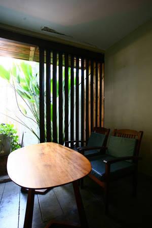Quán có hai không gian chính: Bên ngoài và bên trong nhà. Nếu như bên ngoài là sự thoáng đãng gần gũi với thiên nhiên thì không gian bên trong mang màu sắc phương Đông kết hợp với những đường nét đương đại.
