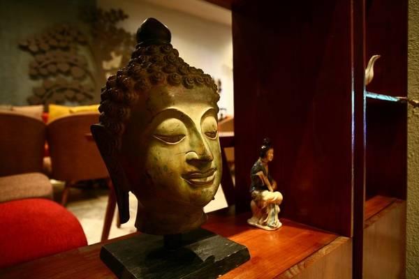 Phật giáo là ý tưởng chủ đạo trong việc tổ chức không gian và bài trí của quán. Bạn có thể thấy rất nhiều tượng, hình ảnh của Đức Phật trên tường hay trên kệ.