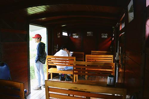 Góc quán cà phê năm trong một toa tàu cũ. Ảnh: Phong Vinh
