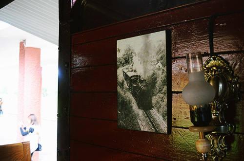 Những bức ảnh đen trắng cho du khách tới đây một cái nhìn đầy đủ hơn về quá khứ của nhà Ga Đà Lạt. Ảnh: Phong Vinh