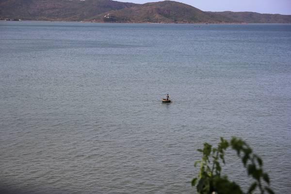 Ngư dân Quy Nhơn chèo thuyền thúng trên biển. Ảnh: San San