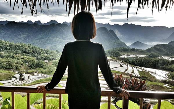 Nàng biên tập viên lựa chọn một khu resort nhỏ với các bungalow hướng ra ruộng bậc thang, xa xa là núi rừng trùng điệp để tận hưởng không khí trong lành và thảnh thơi nghỉ ngơi sau những giờ làm việc bận rộn ở đài truyền hình.