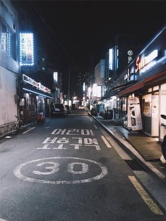 Những cửa hàng, cửa tiệm trên phố đều được trang trí rất hiện đại và xinh xắn. (Ảnh: Tạ Xuân Hương)