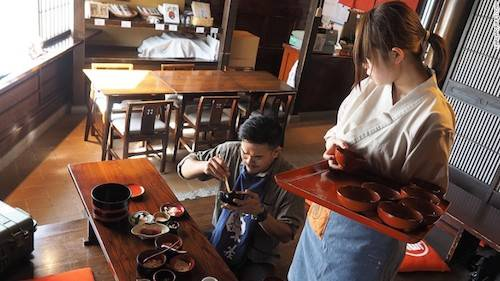 Thực khách có thể ăn mỳ thỏa thích với thử thách wanko soba. Ảnh: Karla Cripps.