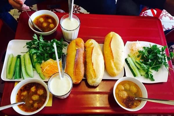 Nhóm ăn sáng bằng món bánh mì xíu mại , sau đó thu xếp và tạm biệt Đà Lạt về lại Sài Gòn.