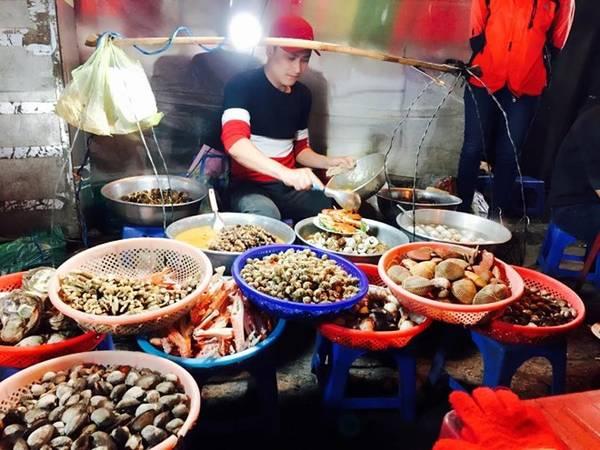 Ngủ dậy, như thường lệ, địa điểm đầu tiên tôi đi khi đến đây là chợ Đà Lạt, ăn một đĩa ốc và uống sữa đậu nành nóng.